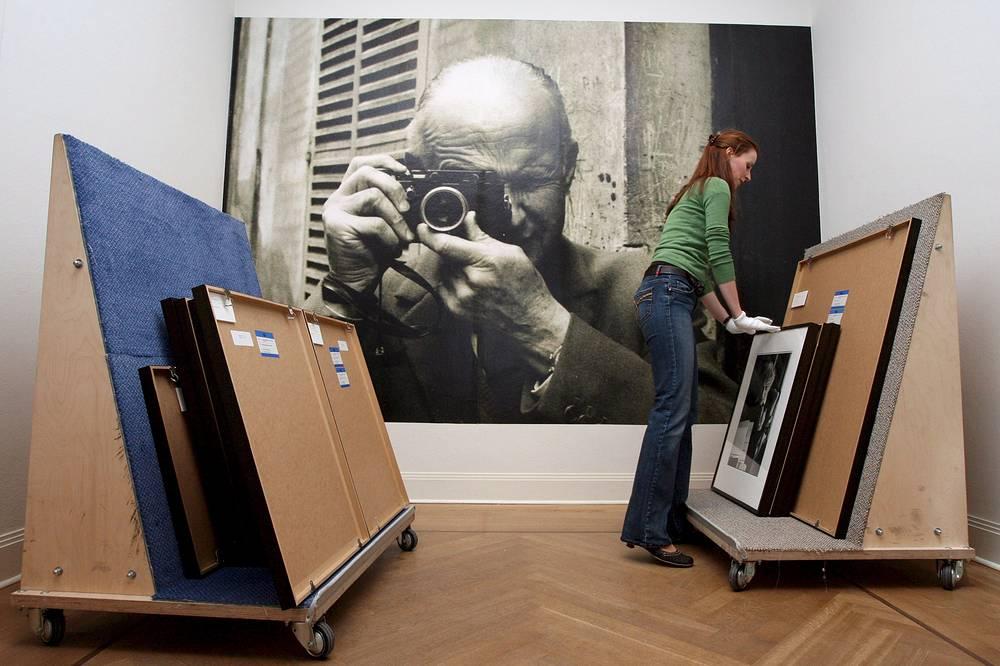 Анри Картье-Брессон со своей Leica во время подготовки его выставки в 2008 году в Германии