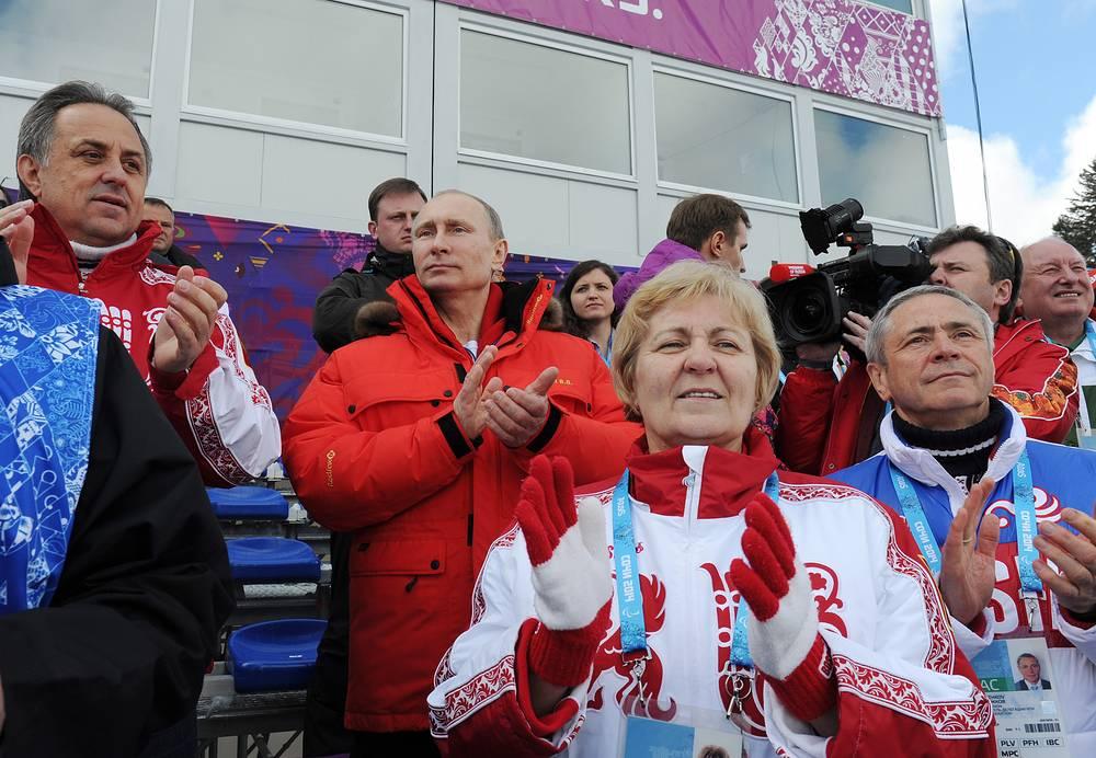 """Владимир Путин посетил лыжно-биатлонный комплекс """"Лаура"""" в Сочи, где посмотрел соревнования смешанной лыжной эстафеты"""