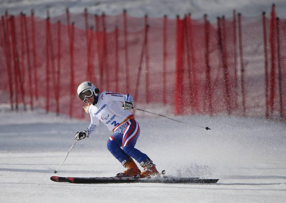 """Российская горнолыжница Александра Францева во время соревнований по горным лыжам в категории """"с нарушением зрения"""""""