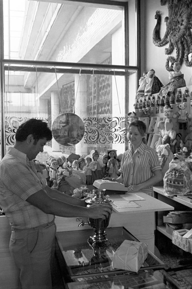 """Магазин """"Березка"""", где можно было купить товары на чеки """"Внешпосылторга"""", 1976 год"""