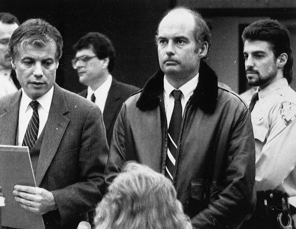 """После многочисленных апелляций и слушаний в 2006 году размер штрафа был урезан до $2,5 млрд. На фото: капитан танкера """"Эксон Вальдес"""" Джозеф Хейзлвуд (в центре) с адвокатом Томасом Руссо (слева), 5 апреля 1989 г."""