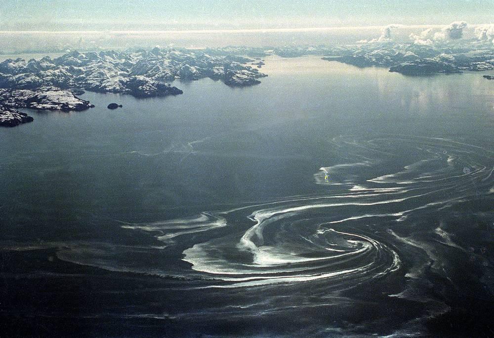 """24 марта 1989 года танкер """"Эксон Вальдес"""" (Exxon Valdez), принадлежавший компании Exxon Shipping Company, налетел на риф в проливе Принца Вильгельма у побережья Аляски, в результате произошел крупный разлив нефти. На фото: пролив Принца Вильгельма после аварии, апрель 1989 г."""