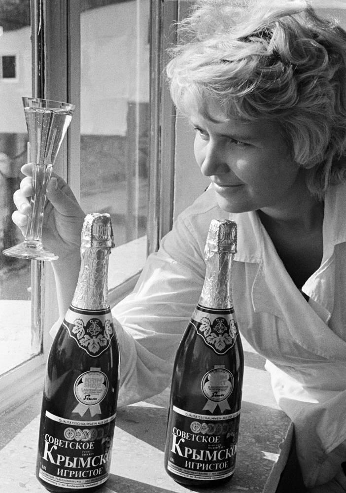 """Химик-аналитик лаборатории завода шампанских вин """"Новый Свет"""" в Судаке, 1972 год"""