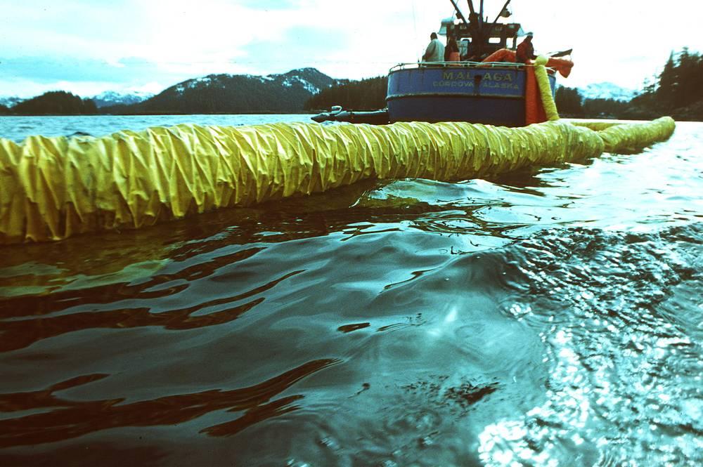 Ликвидация последствий аварии включала механическую очистку побережья и откачивание нефти, а также использование диспергентов, осаждающих нефтяную пленку
