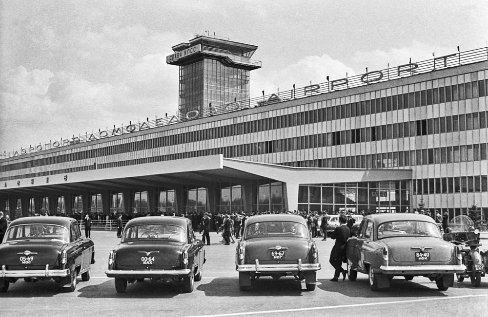 Первоначально из Домодедово летали только транспортные и почтовые самолеты. На фото: стоянка автомобилей в аэропорту Домодедово, 1965 год