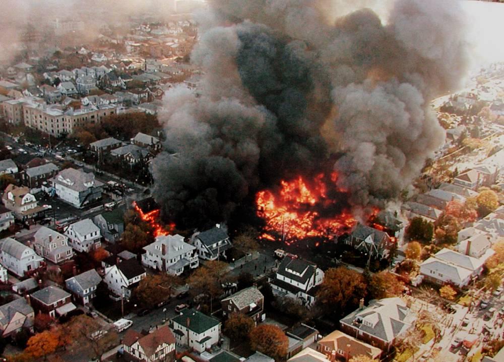 12 ноября 2001 года в Нью-Йорке (США) Airbus A300 компании American Airlines, вылетевший из аэропорта имени Кеннеди, упал на городской район Куинс. Погибли 265 человек, включая пятерых на земле. Лайнер попал в спутный след (воздушный вихрь от ранее взлетевшего самолета). В результате ошибочных действий пилота оторвался хвостовой стабилизатор, и A300 потерял управление