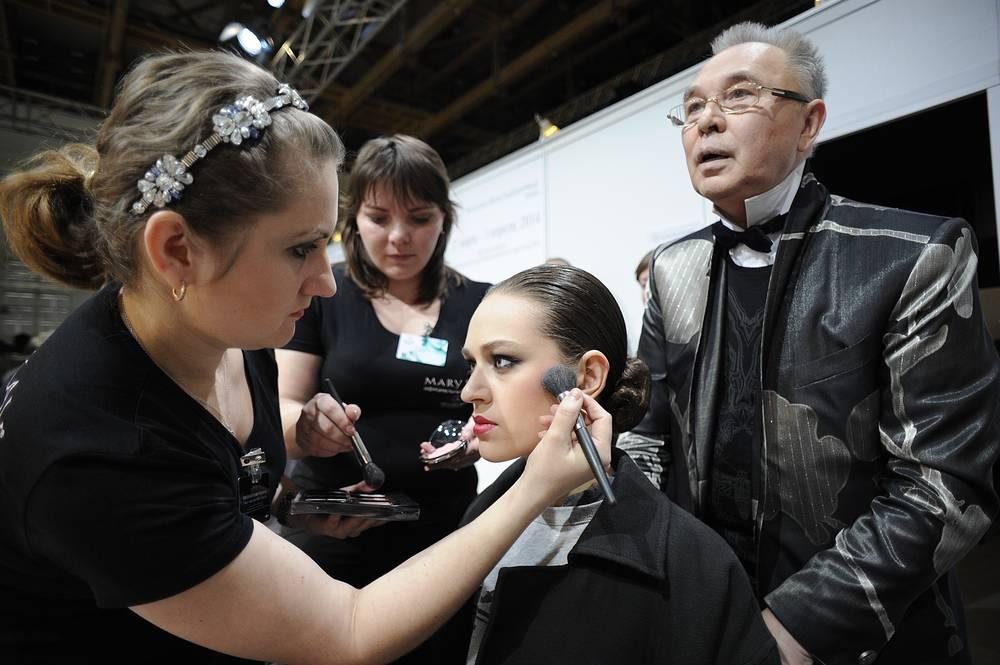 Модельер Вячеслав Зайцев во время подготовки модели к показу