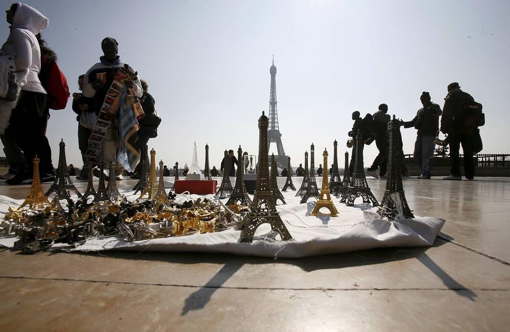 Эйфелева башня уже давно окупила себя и приносит городу внушительную прибыль. На фото: сувениры, выставленные на продажу в день 120-го юбилея Эйфелевой башни, 2009 год