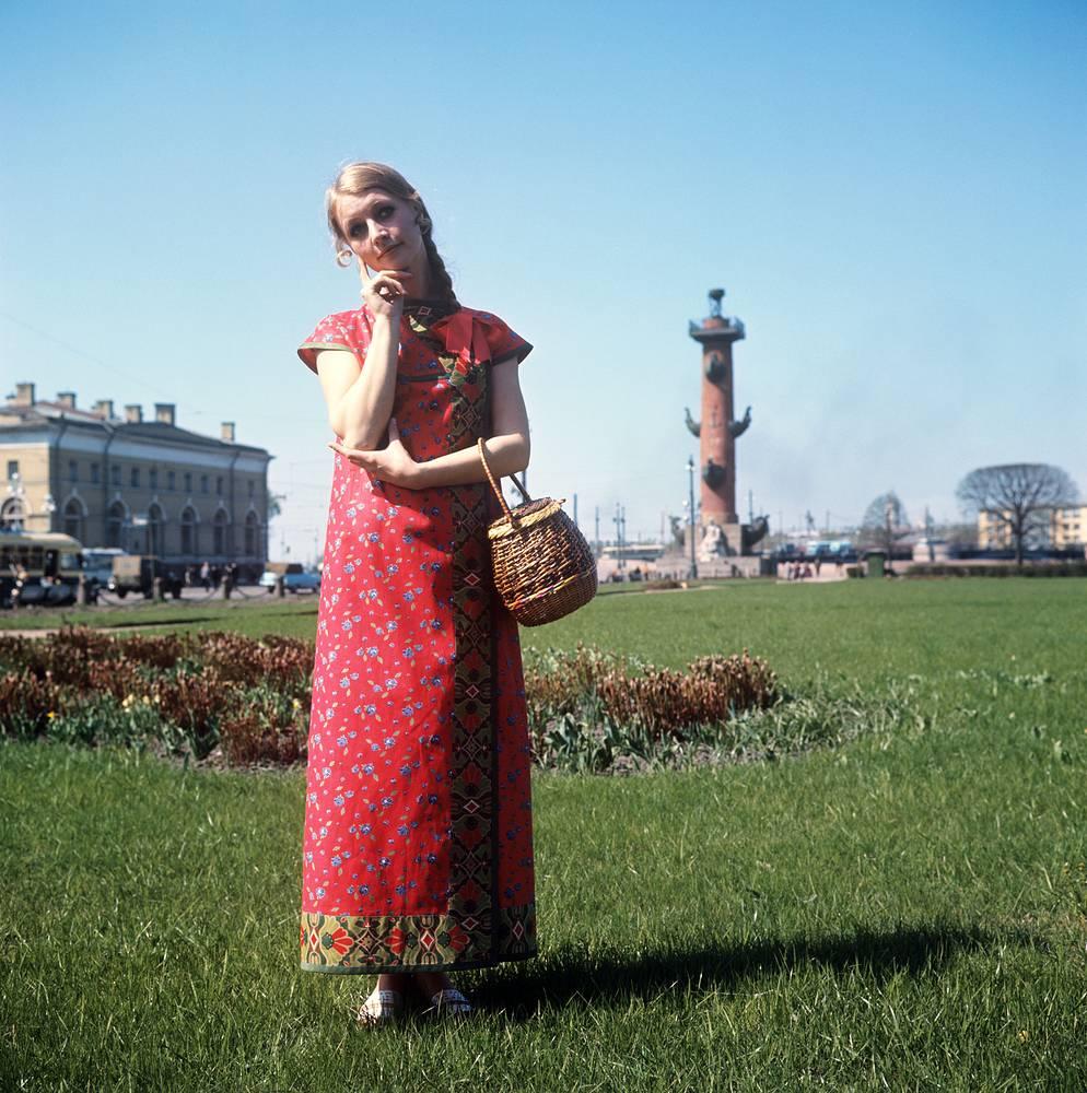 Ленинградский Дом моделей. Демонстрация сарафана из яркого ситца в русском стиле. 1970 г.