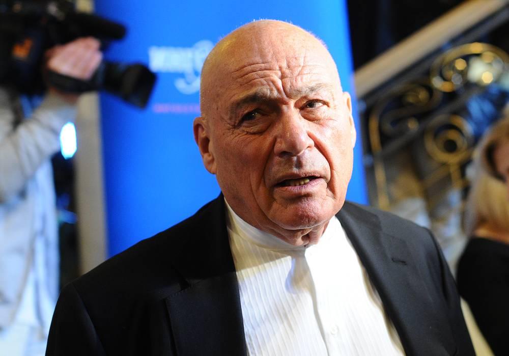 На фото: Владимир Познер перед церемонией награждения победителей премии ТЭФИ-2011