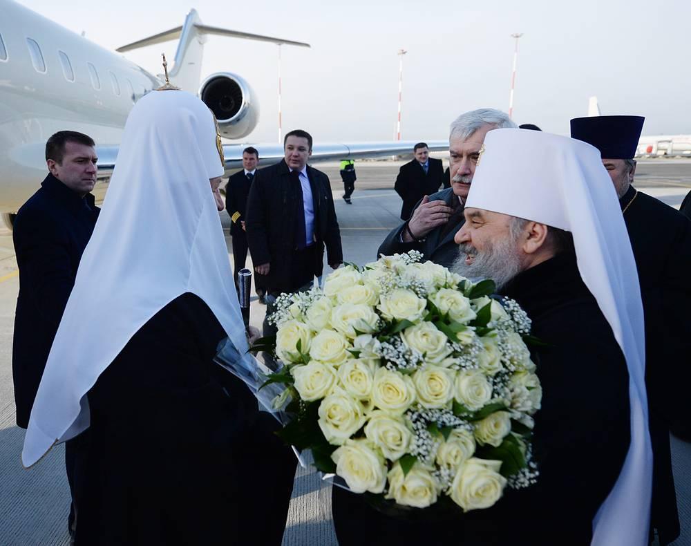 Митрополит Санкт-Петербургский и Ладожский Варсонофий встречает патриарха Кирилла в аэропорту Пулково