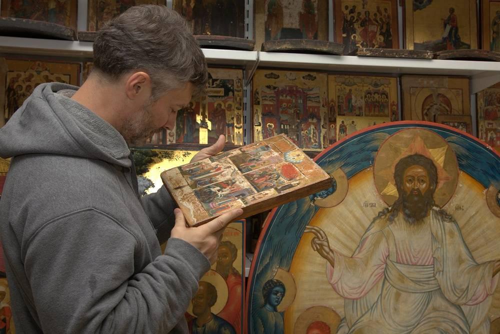 Евгений Ройзман в реставрационной мастерской в училище имени Шадра