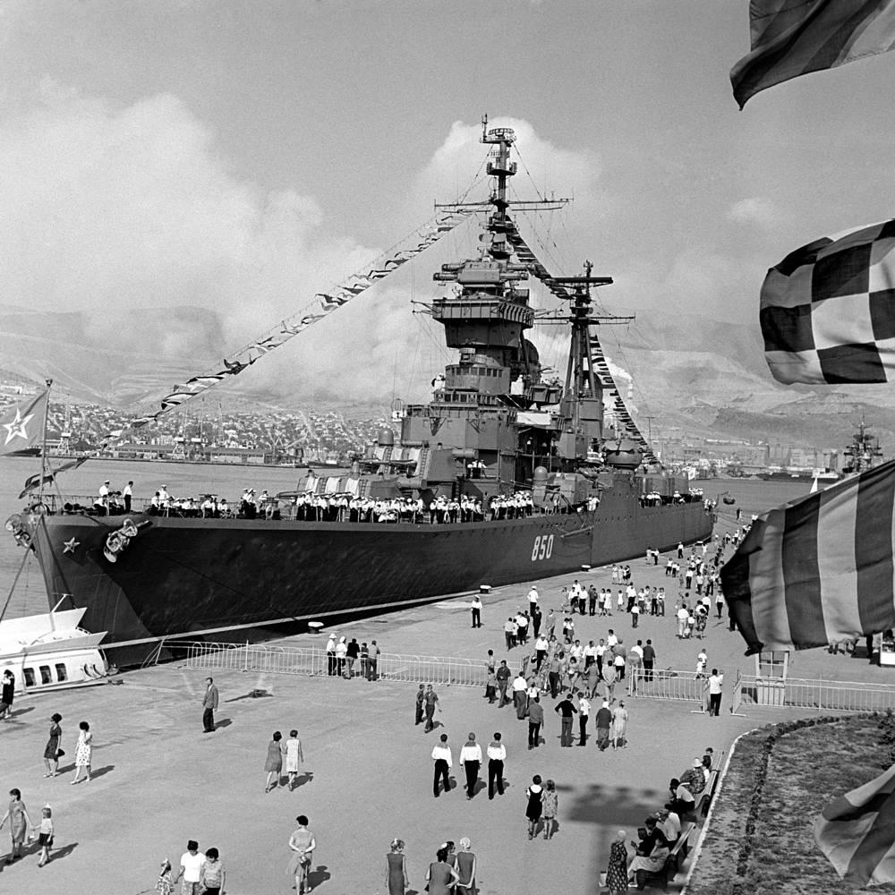 В послевоенные годы на вооружение Черноморского флота поступили новые суда и боевая техника, позволившая кораблям выходить в дальние походы. На фото: Новороссийск, 1968 год