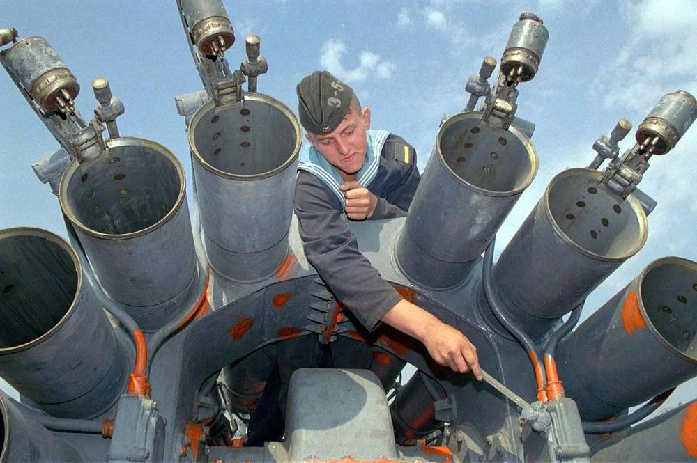 """В соответствии с Соглашением ВМС Украины и Черноморский флот РФ базируются раздельно. На фото: ракетный крейсер """"Адмирал Головко"""" в Севастополе, 1996 год"""