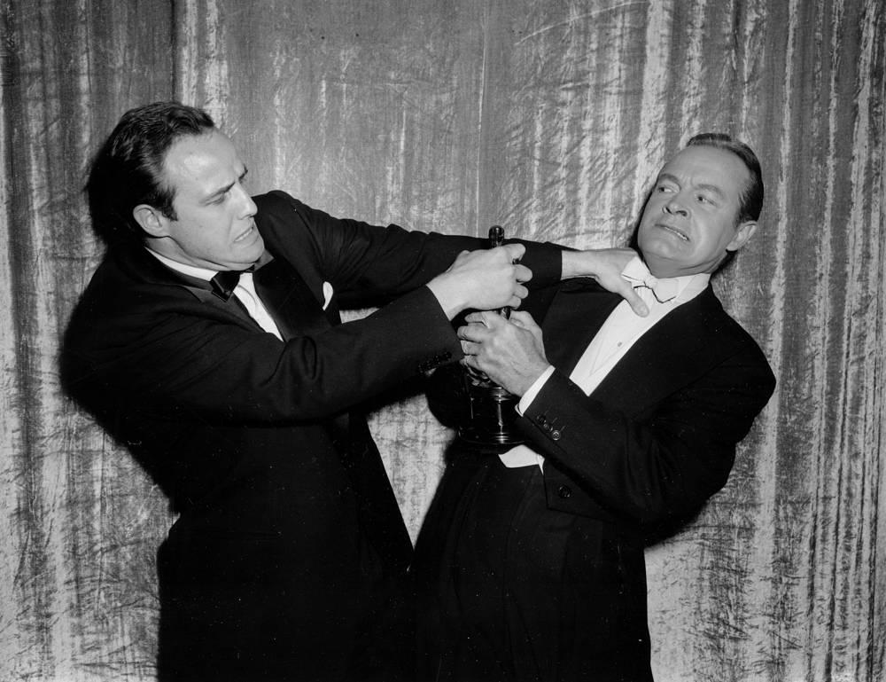 """За роль в фильме """"В порту"""" Брандо получил свой первый """"Оскар"""". На фото: Марлон Брандо и Боб Хоуп на 27-й церемонии вручения премии """"Оскар"""", 1955 г."""