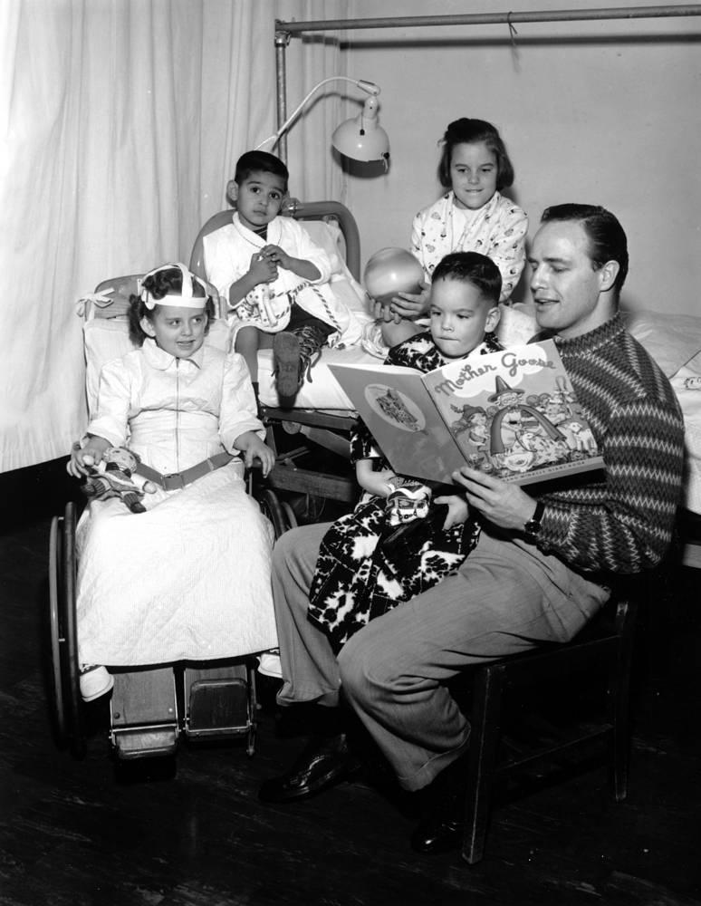 Марлон Брандо читает сказку детям в больнице в Лос-Анджелесе, 1956 г.