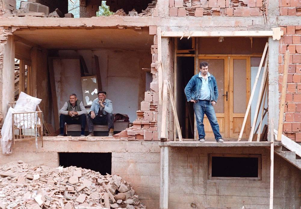 """Операция """"Союзная сила"""" в Югославии, 1999 год. Последствия бомбардировок НАТО в городе Сурдулица, Югославия, 28 апреля 1999 года"""