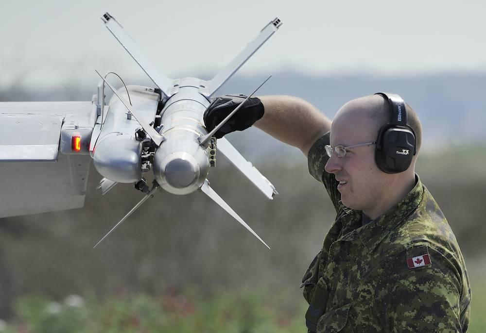 """В 2011 году НАТО проводит операцию """"Объединенный защитник"""" в Ливии. Военнослужащий НАТО проверяет вооружение истребителя на авиабазе в Бирги, Сицилия, 21 марта 2011 года"""
