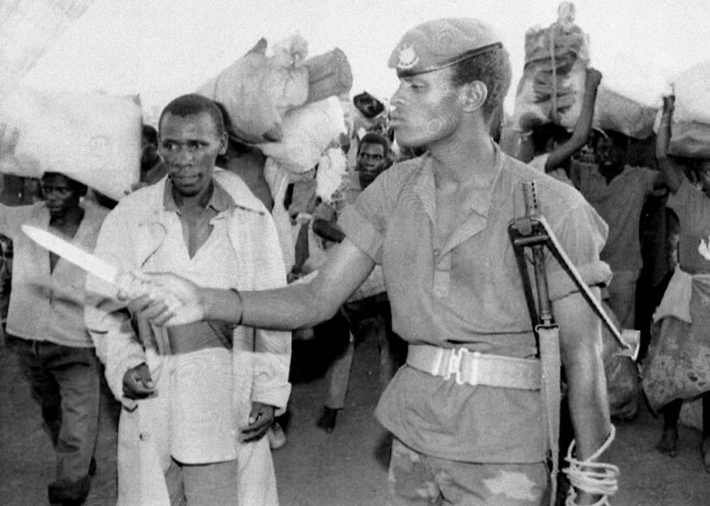Каждые десять секунд погибал один человек. В основном людей убивали ударами мачете. На фото: солдат Руандийского патриотического фронта (PRF) с мачете в лагере беженцев, апрель 1994 года