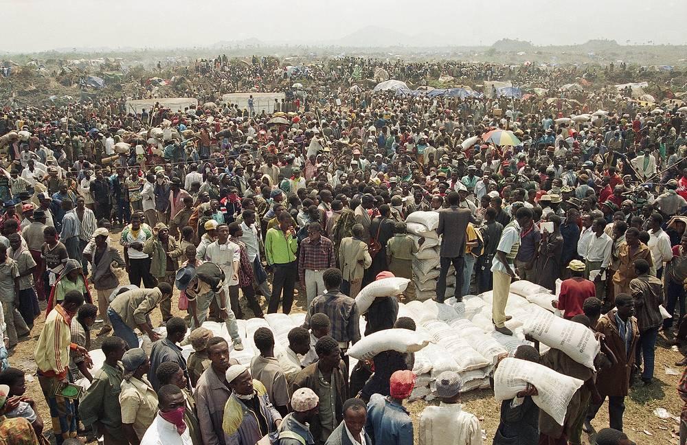 Тысячи беженцев в  конголезском городе Гома на границе с Руандой, июль 1994 года