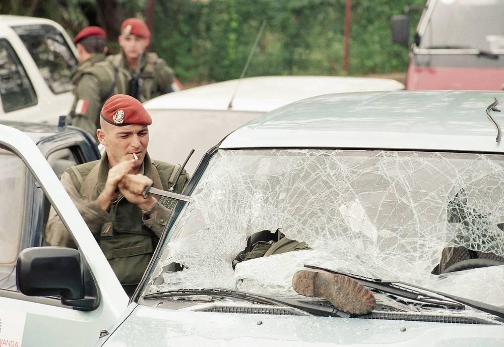 На следующий день была убита премьер-министр Руанды Агата Увилингийимана. В тот же день в Руанде началась гражданская война, в ходе которой хуту развязали геноцид против тутси. На фото: французские военные в столице Руанды Кигали, апрель 1994 года