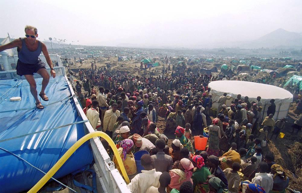 Массовое истребление населения Руанды прекратилось лишь в июле 1994 года, когда отряды Руандийского патриотического фронта во главе с Полем Кагаме (тутси), взяли ситуацию в стране под свой контроль. На фото: лагерь беженцев в Гоме, Заир, июль 1994 года