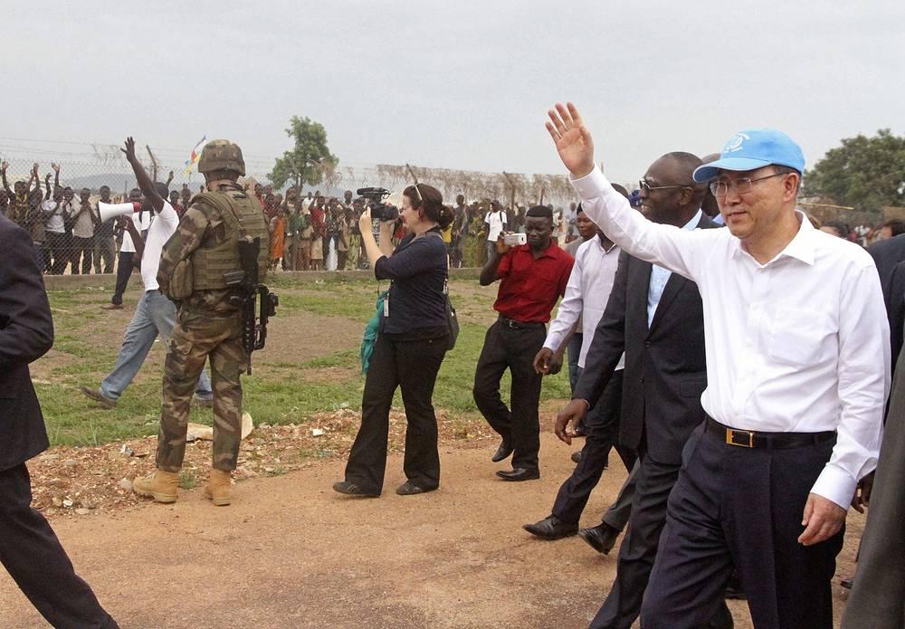"""Для участия в церемонии, посвященной 20-летней годовщине геноцида, в Руанду прибыл генеральный секретарь ООН Пан Ги Мун. Франция отказалась участвовать после того, как президент Руанды Поль Кагаме обвинил ее в """"политической подготовке геноцида"""". На фото: генеральный секретарь ООН Пан Ги Мун прибыл в Руанду, 5 апреля 2014 года"""