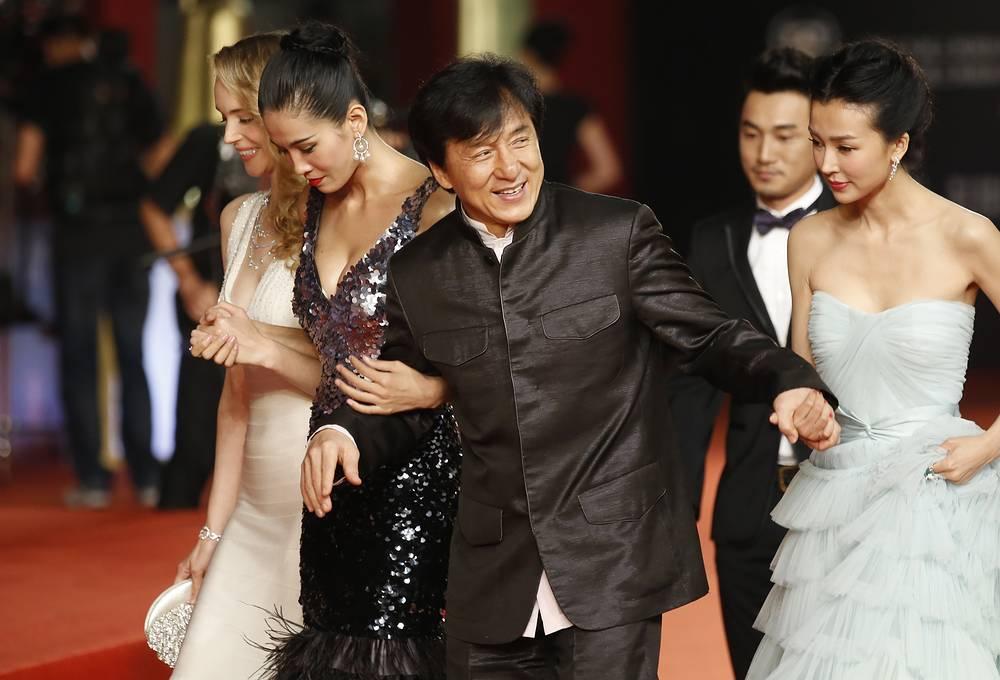 Всего актер снялся в главных ролях более чем в 100 фильмах и является одним из наиболее знаменитых азиатских актеров в мире. На фото: Джеки Чан во время открытия Шанхайского кинофестиваля, 2012 год