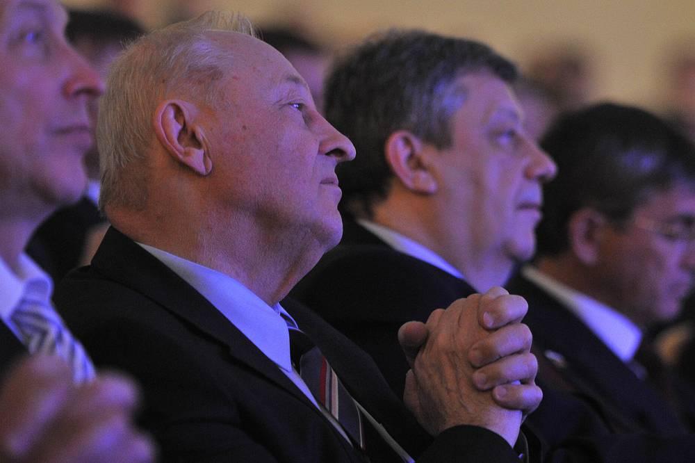 Бывший председатель Областной думы первого созыва (ныне сенатор Совета Федерации РФ) Эдуард Россель и бывший мэр Екатеринбурга (ныне сенатор Совета Федерации РФ) Аркадий Чернецкий (слева направо)