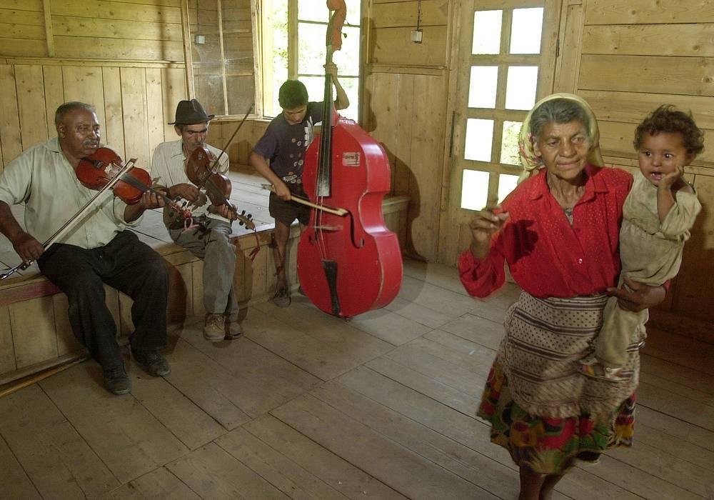 Культура цыган традиционно богата музыкой и фольклором. На фото: цыгане играют и поют в одной из румынских деревень, 2003 год