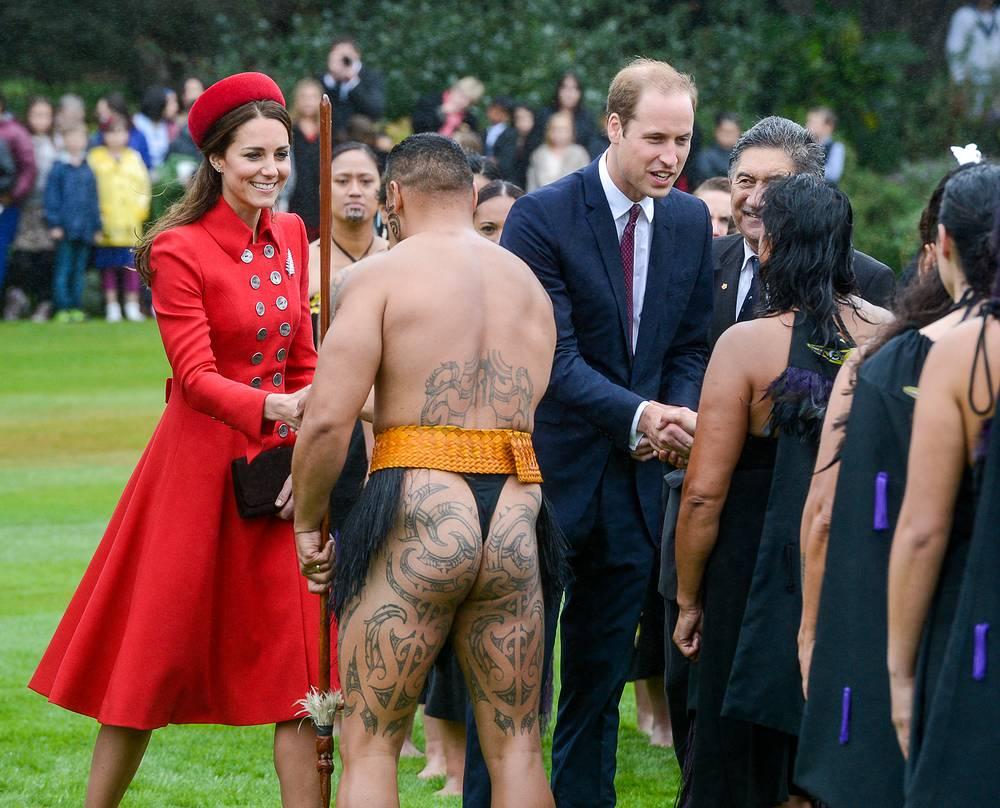 Кейт Миддлтон и принц Уильям с представителями племени маори во время обряда приветствия