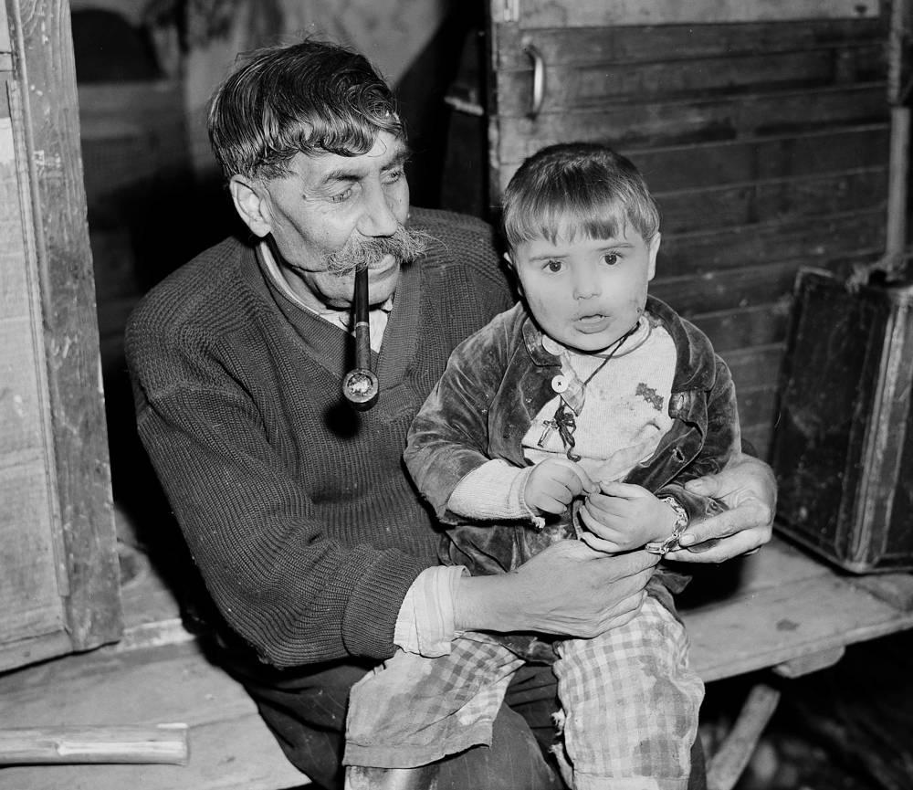 Большое внимание цыгане уделяют пожилым людям. Культ возраста и почитания старших имеет особое значение в любом цыганском доме. На фото: семья цыган в деревне в Германии, 1947 год
