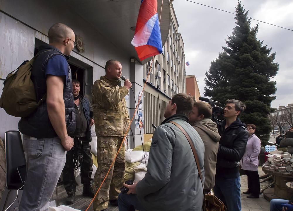 Напротив здания СБУ в Луганске пророссийски настроенные активисты разбили палаточный городок
