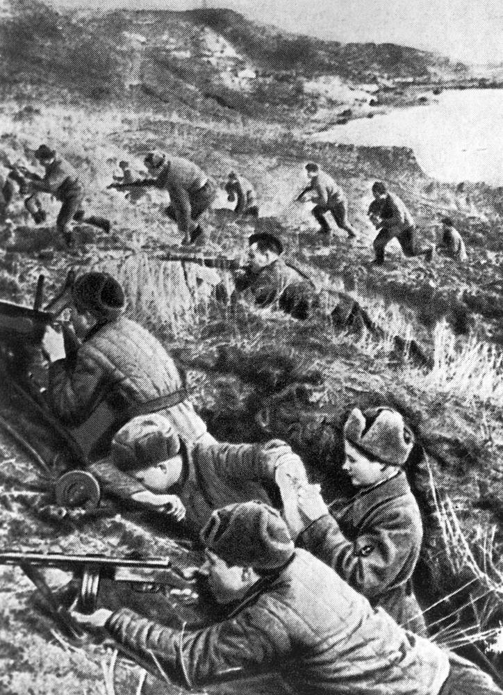 Одновременно на востоке Крыма началось наступление Отдельной Приморской армии с плацдарма в районе Керчи. 11 апреля город был освобожден. На фото: бои на Керченском полуострове