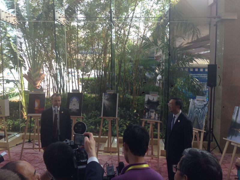 Вице-премьер РФ Аркадий Дворкович и член Государственного совета КНР Ян Цзечи на открытии выставки