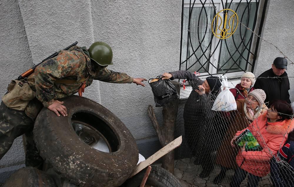 Жители города передают продукты строителям баррикад