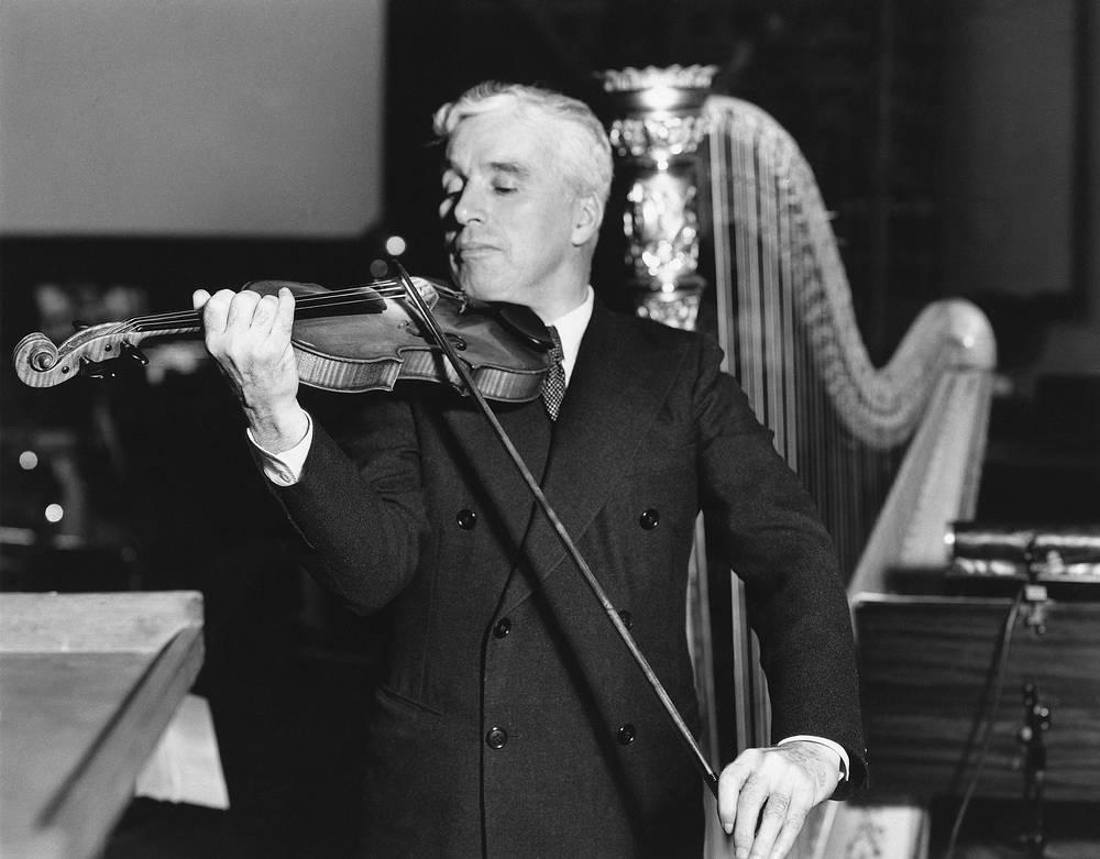 Чарли Чаплин был левшой и даже на скрипке играл левой рукой. На фото: Чарли Чаплин играет на скрипке, 1943 год