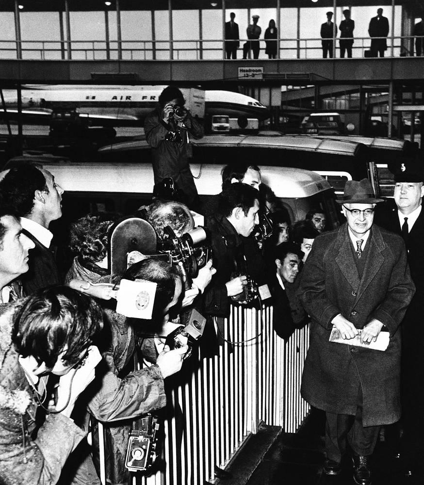 В 1961 году Моррис и его супруга были арестованы в Великобритании и приговорены к 25 и 20 годам тюрьмы соответственно. Брук был арестован в СССР в 1965 году и осужден на пять лет. На фото: Питер Крогер (справа) в аэропорту Лондона