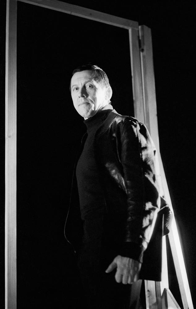 "Валерий Золотухин во время репетиции спектакля ""Доктор Живаго"". 1993 год"