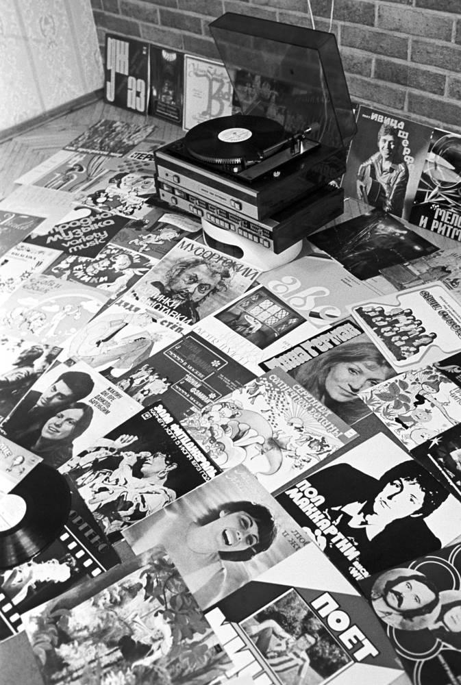 """""""Мелодия"""" издавала не только российских исполнителей, но и записи зарубежных фирм. На фото: грампластинки фирмы """"Мелодия"""", 1978 год"""