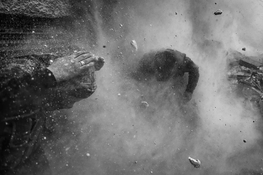 1-е место / События / Серии. Снаряд танка правительственной армии Сирии пробил стену, за которой укрывались повстанцы. Люди пытаются спастись от разлетающихся во все стороны обломков и осколков. Боевики из Свободной армии Сирии (FSA) атаковали правительственный контрольно-пропускной пункт в Айн-Тарме, пригороде Дамаска. 30 января 2013 года, Дамаск, Сирия