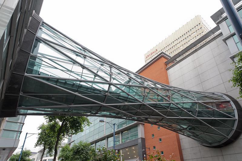 Пешеходный мост между зданиями в Манчестере выполнен в форме гиперболоидной конструкции