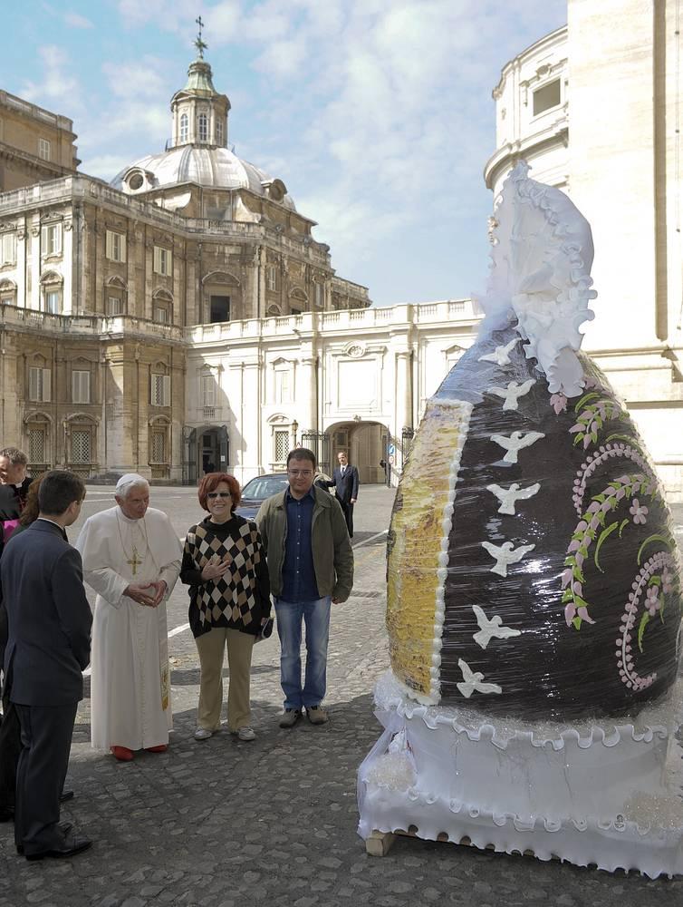 Предшественнику Франциска папе римскому Бенедикту XVI в апреле 2012 года подарили двухметровое шоколадное пасхальное яйцо весом 250 кг