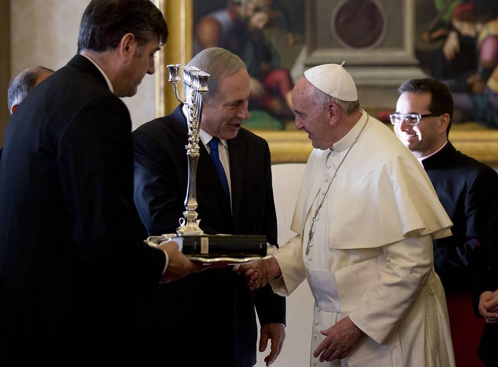 """2 декабря 2013 года премьер-министр Биньямин Нетаньяху преподнес понтифику книгу """"Происхождение инквизиции в Испании XV века"""", написанную его отцом, Бенционом Нетаньяху"""