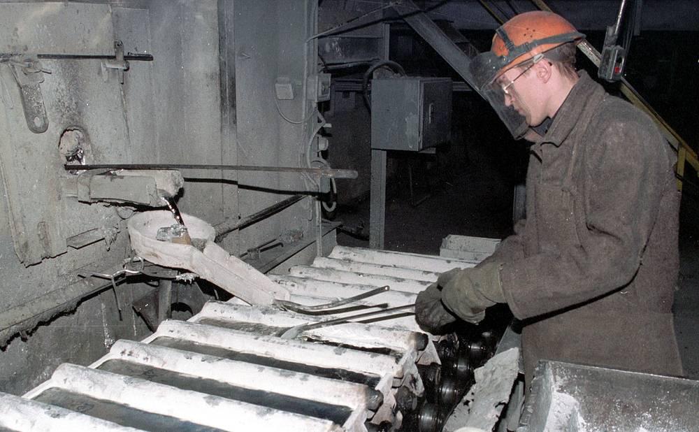 Розлив алюминия в изложницы