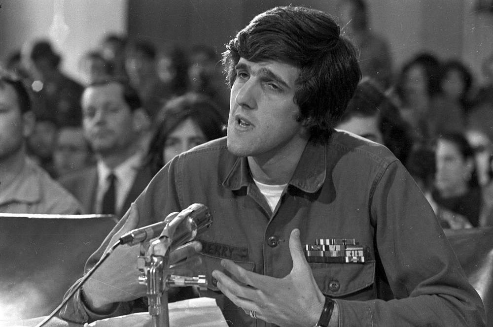 Госсекретарь США Джон Керри служил во Вьетнаме в 1968 году. После третьего ранения демобилизовался, участвовал в антивоенном движении. На фото: Джон Керри во время выступления в Капитолии, 22 апреля 1971 года