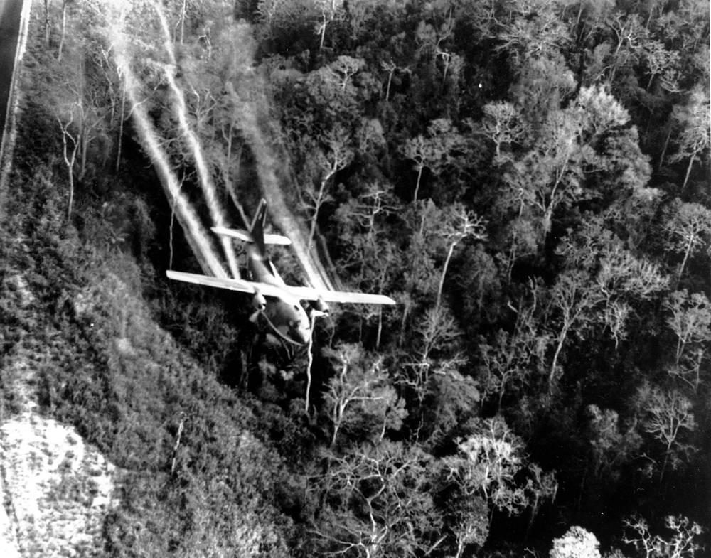 Применение армией США химических средств во время войны привело к многочисленным жертвам среди мирного населения Вьетнама. На фото: американские ВВС распыляют жидкость Agent Orange во время войны во Вьетнаме, 1966 год