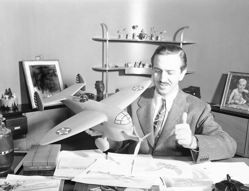 """Рабочий кабинет мультипликатора, кинорежиссера и основателя империи """"The Walt Disney Company"""" Уолта Диснея в штаб-квартире компании в городе Бербанк в Калифорнии, 1941 год"""