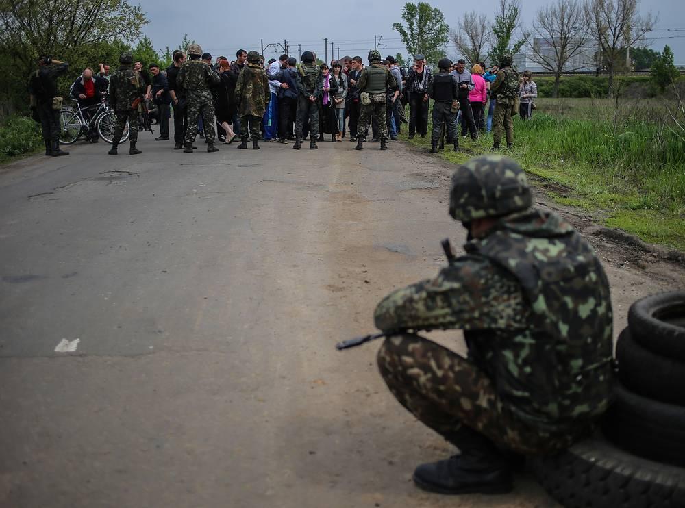 Местные жители заблокировали колонну бронетехники Украинских военных и Национальной гвардии в селе Андреевка под Славянском