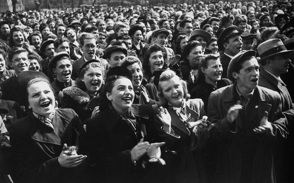 Студенты Ленинградского ордена Ленина государственного университета на площади в День Победы, 9 мая